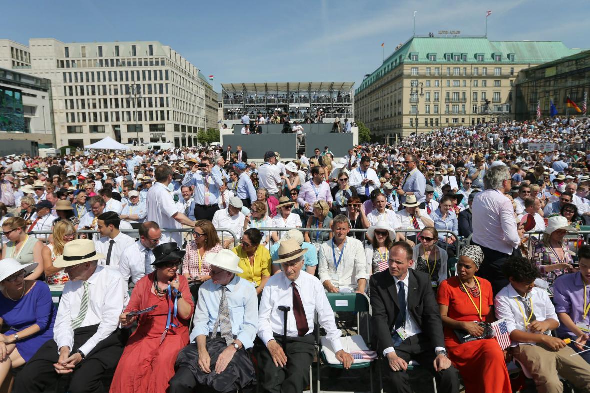 Lidé v Berlíně čekají na Obamův projev