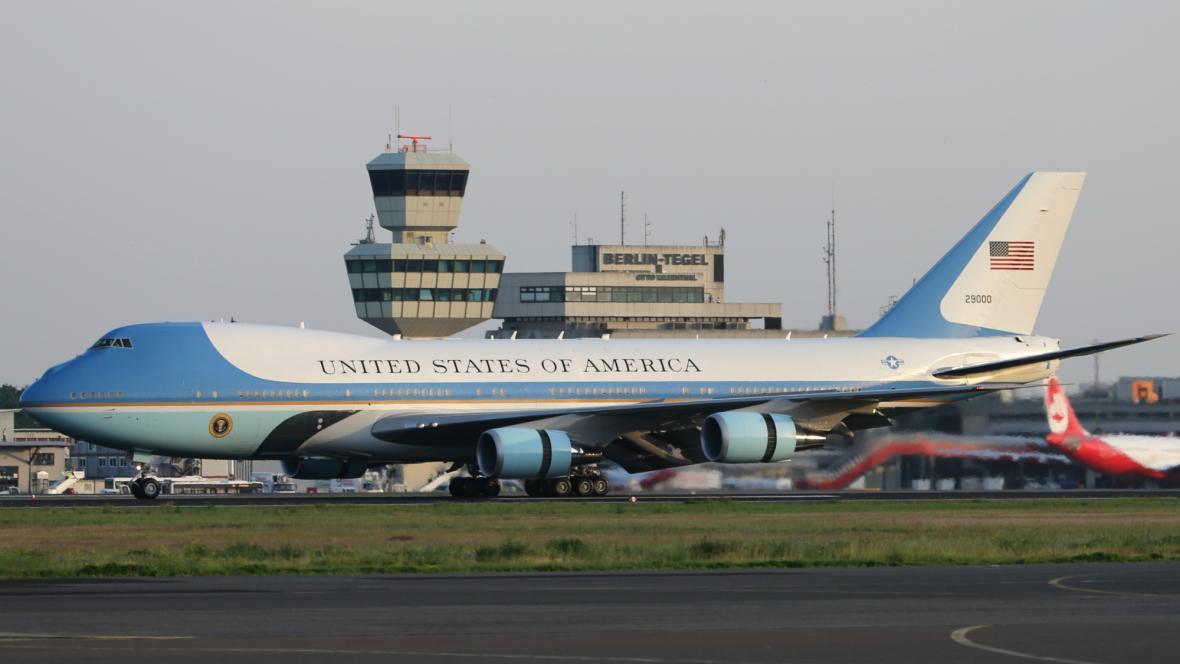 Air Force One přistál na berlínském letišti Tegel