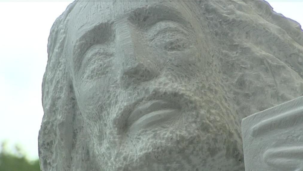 Svatí jsou vytesáni do řeckého mramoru