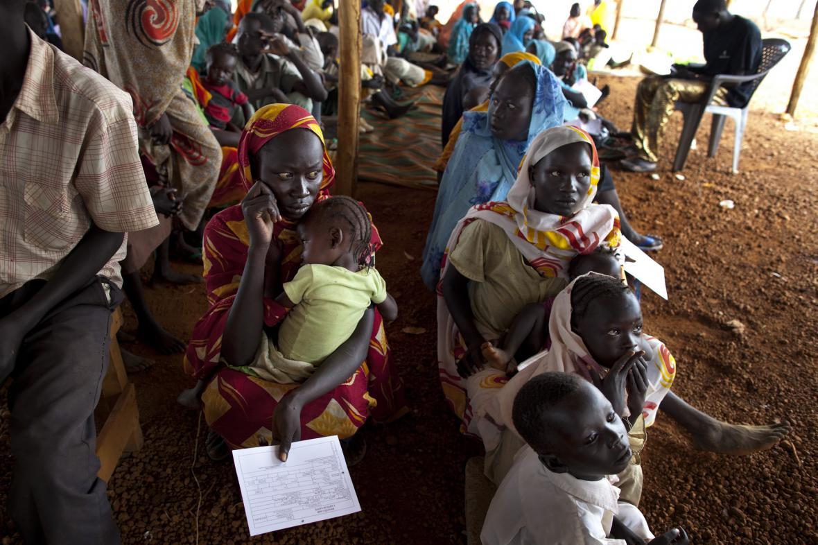 Súdánští uprchlíci čekají na léky v polní nemocnici Lékařů bez hranic