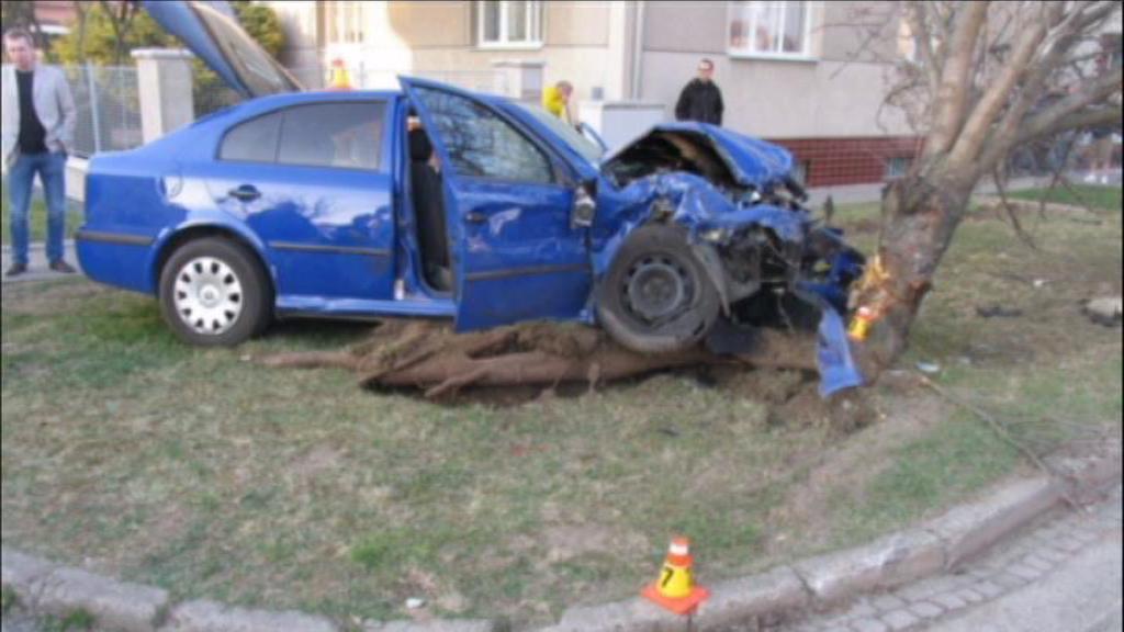 Zdemolované policejní vozidlo