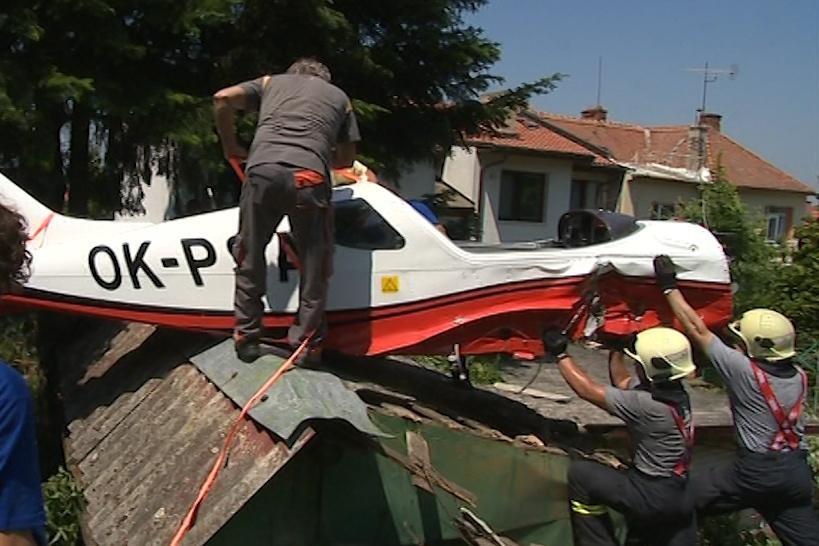 Hasiči museli letadlo z kůlny sundat ručně