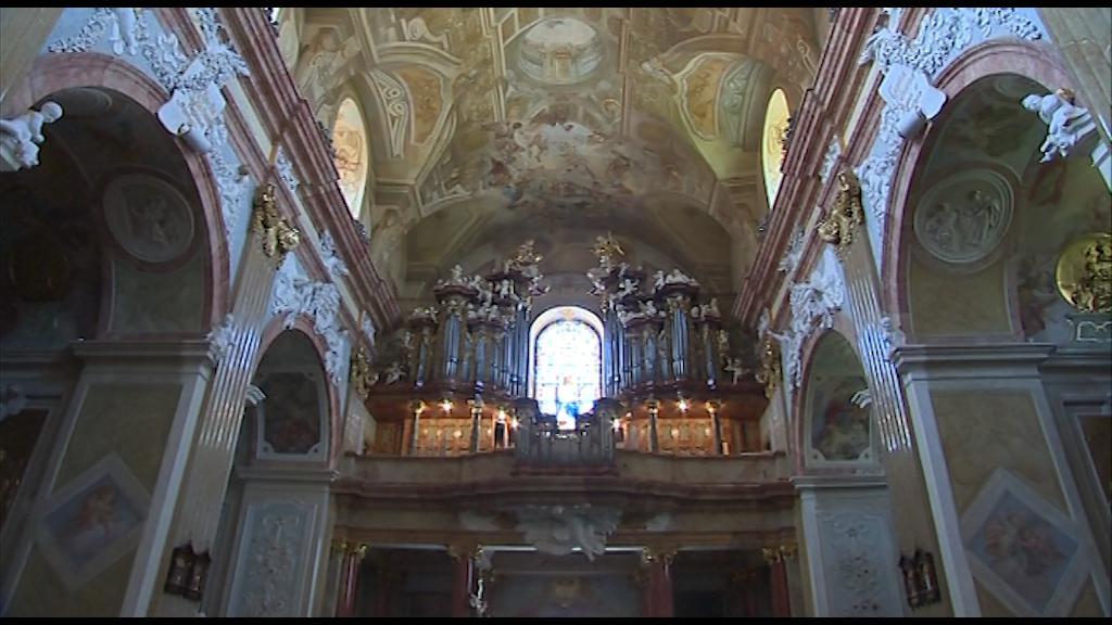 Loď baziliky se zrestaurovanými varhanami