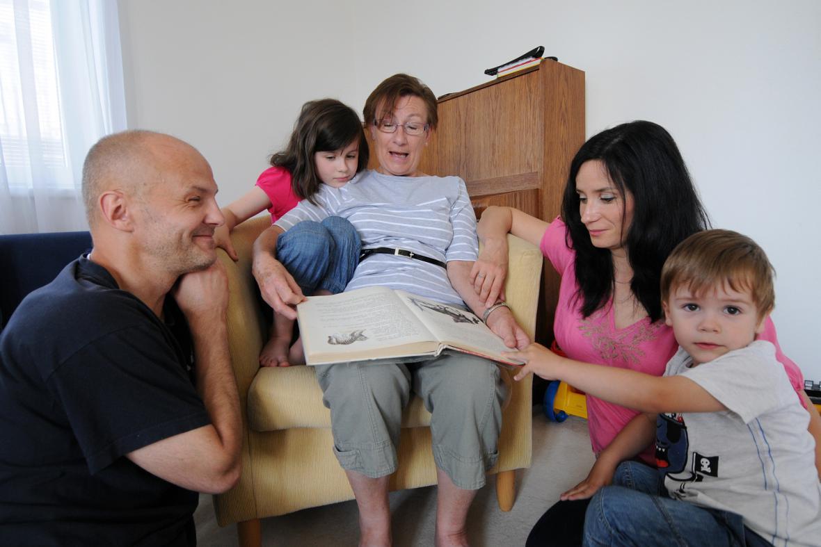 Dohnalovi čtou dětem