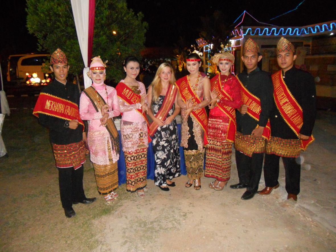 Ivana Šmelová (uprostřed) procestovala Indonésii