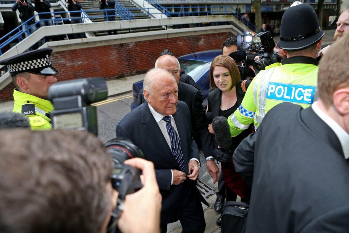 Stuart Hall přichází k soudu