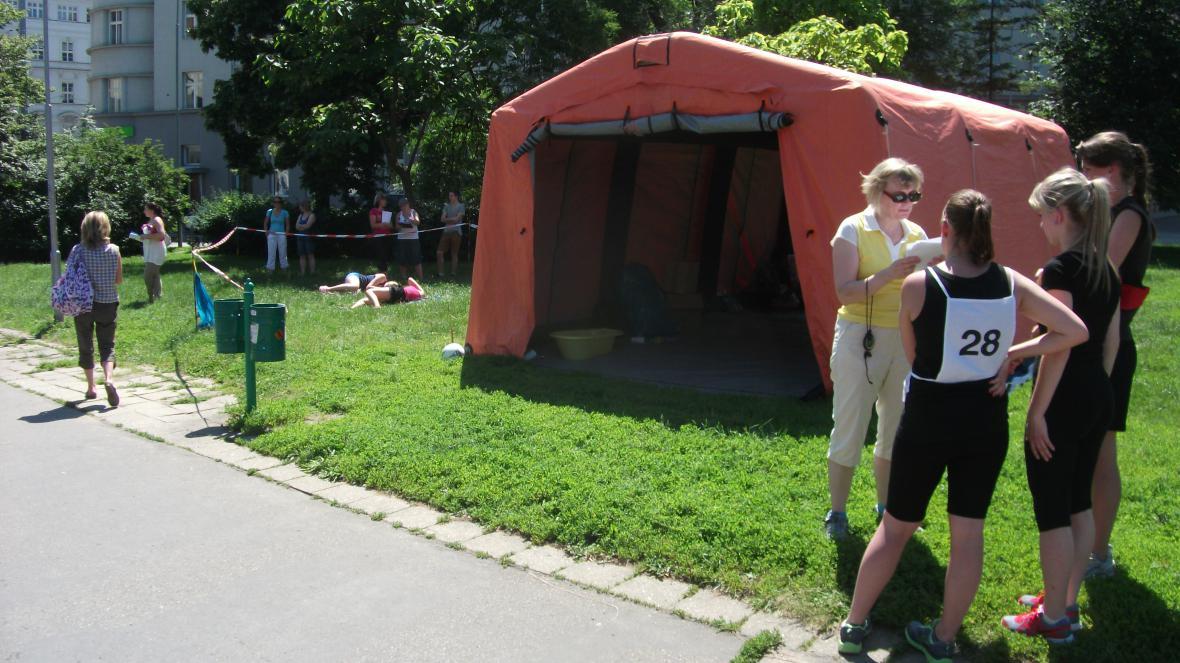 Instrukce soutěžících před venkovním stanovištěm