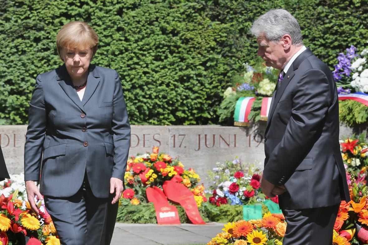 Angela Merkelová a Joachim Gauck u pomníku obětí 17. června 1953