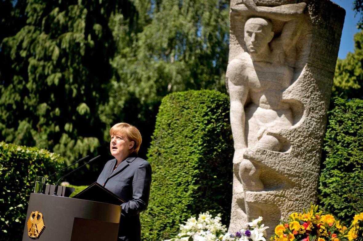 Angela Merkelová u pomníku obětí 17. června 1953