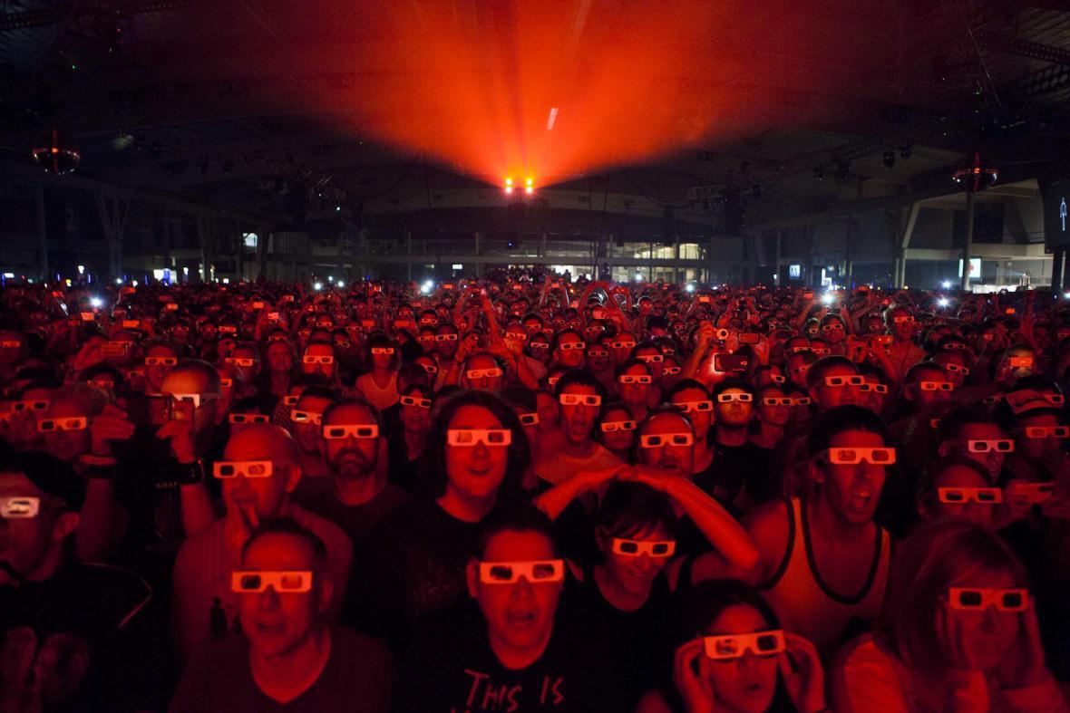 Na vystoupení Kraftwerk se fasovaly speciální 3D brýle