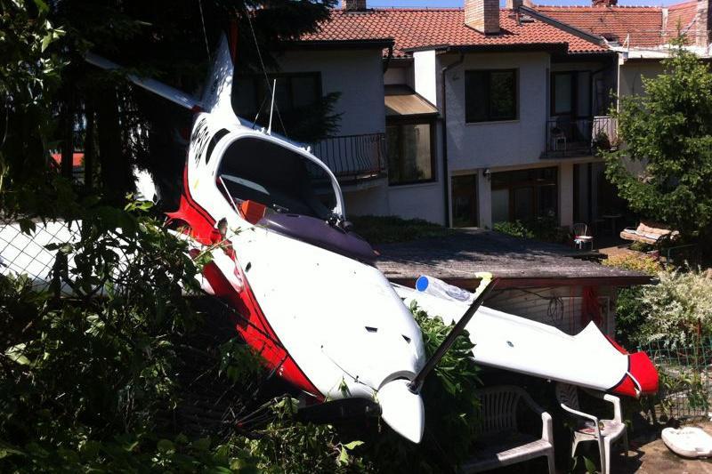 Malé sportovní letadlo spadlo na přístřešek
