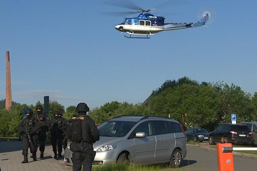 Budovu soudu hlídal i policejní vrtulník