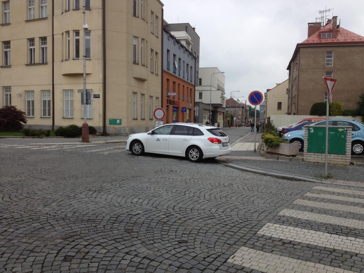 Řidič, kterého vyfotili chodci, zaparkoval rovnou na přechodu