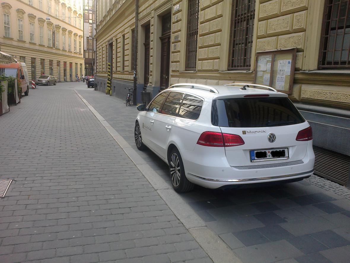 Řidič tohoto auta zaparkoval na chodníku