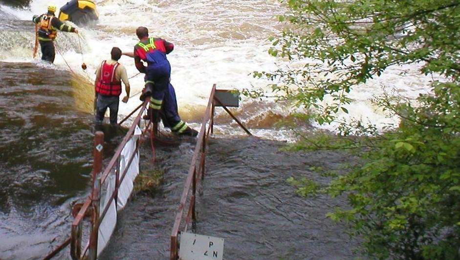 Záchranáři vytahují raft z jezu u Herbertova