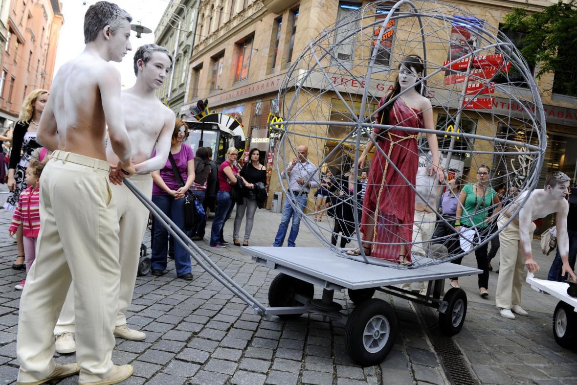 Průvod masek zakončil festival Divadelní svět