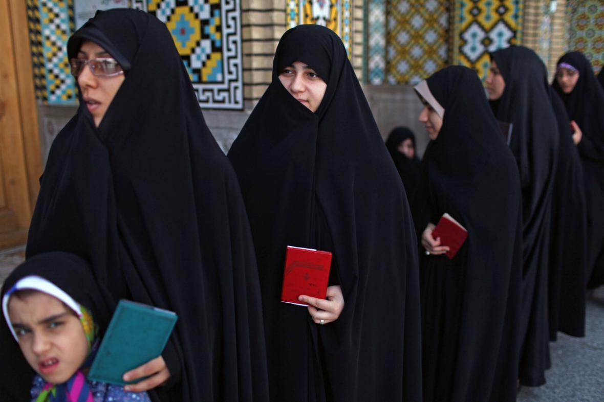 Fronta před volební místností v Íránu