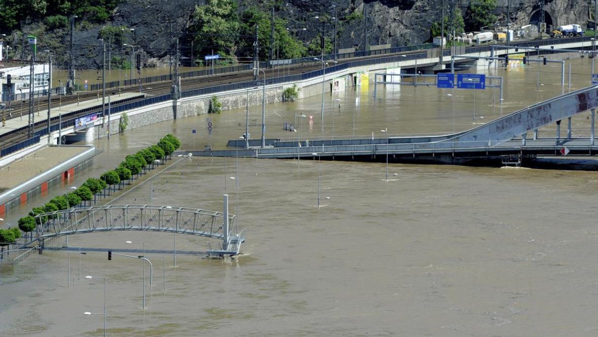 Zaplavená Přístavní ulice v Ústí nad Labem