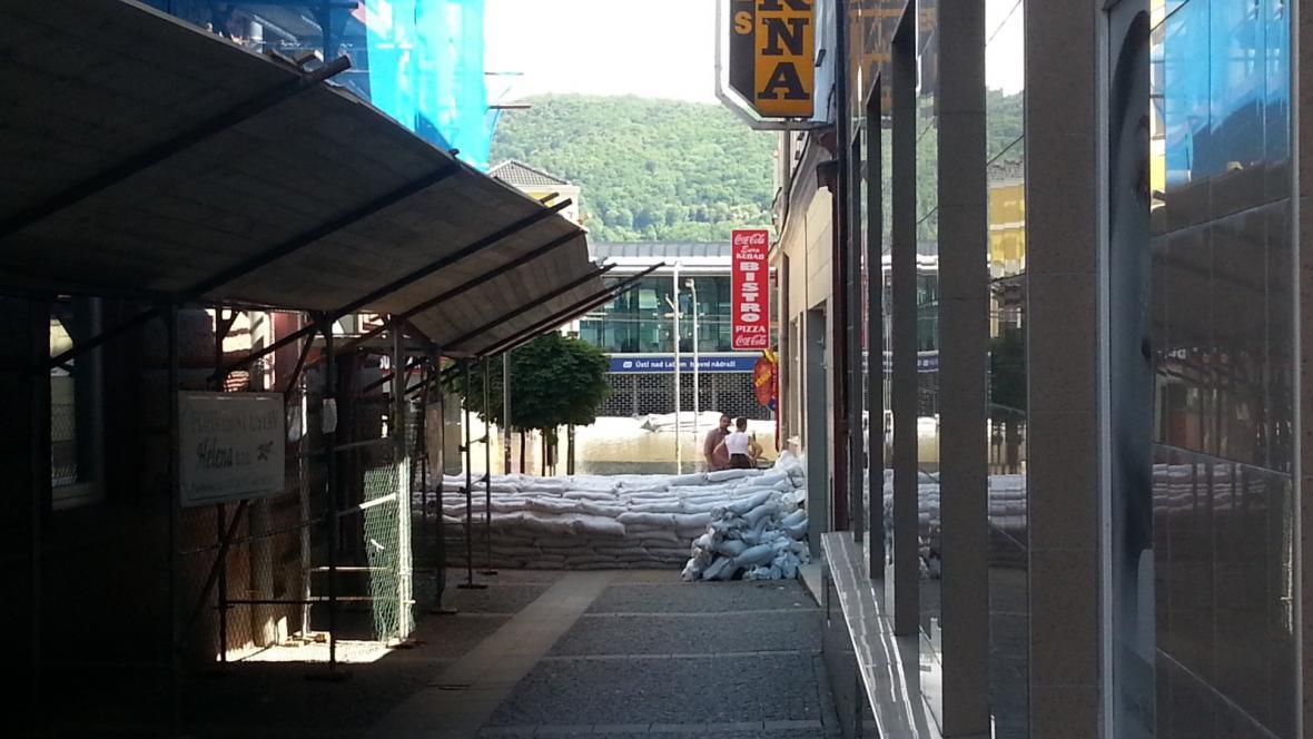 Ulička V Jirchářích, která spojuje centrum s nádražím, je neprůchozí