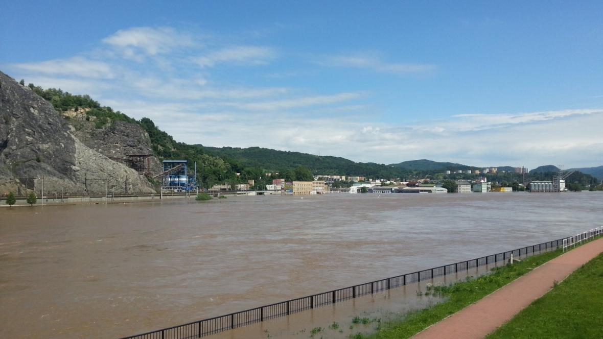 Labe zaplavuje i čtvrť Krásné Březno a ústecký přístav na levé straně Labe