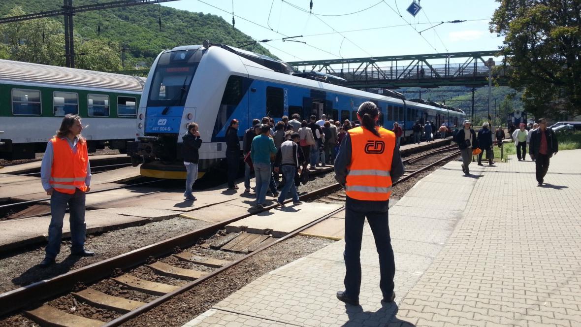 Speciální povodňový pendl mezi ústeckým západním a střekovským nádražím jezdí plný