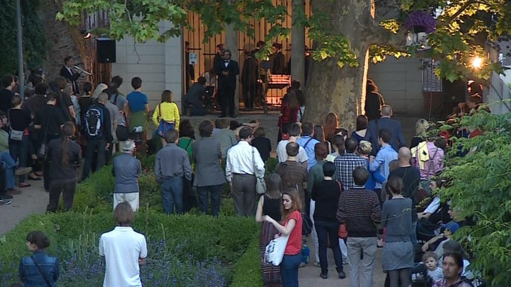 Lidé poslouchají koncert v rámci Expozice nové hudby