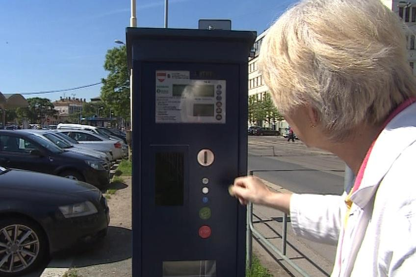 V nových parkovacích automatech se dá platit jen mincemi