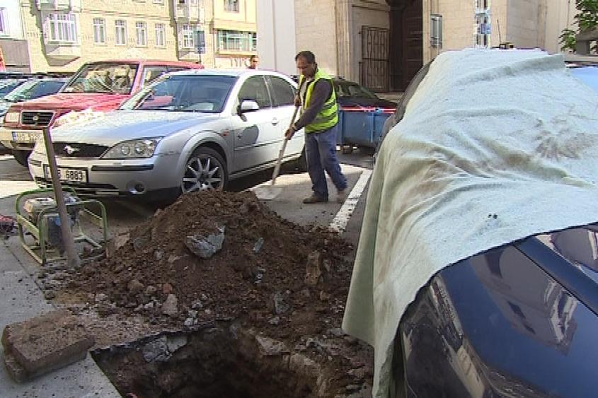 Auto dělníkům komplikovalo výměnu parkovacího automatu