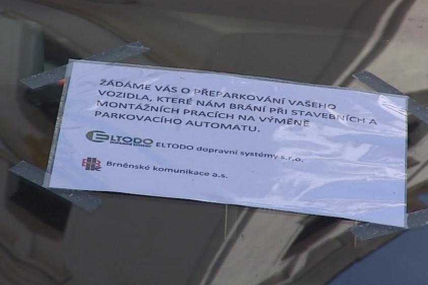Brněnské komunikace umístily na sklo auta žádost o přeparkování