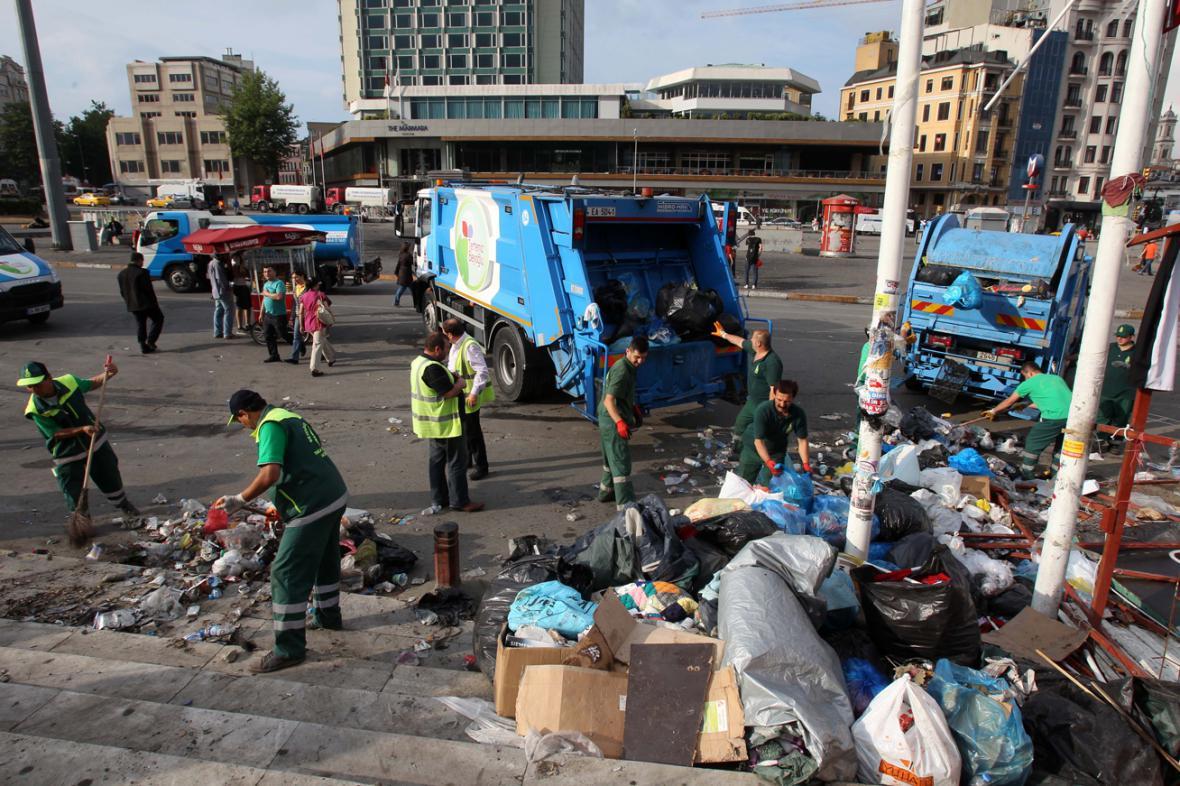 Úklid na Taksimském náměstí