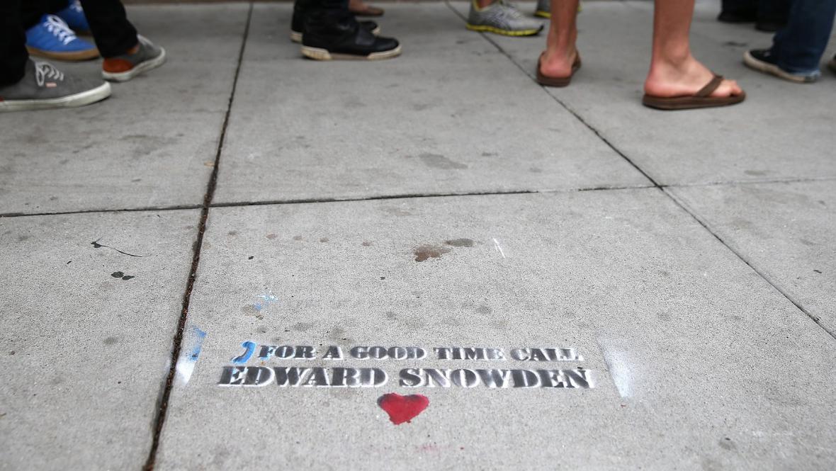 Graffiti v San Franciscu podporující Snowdena