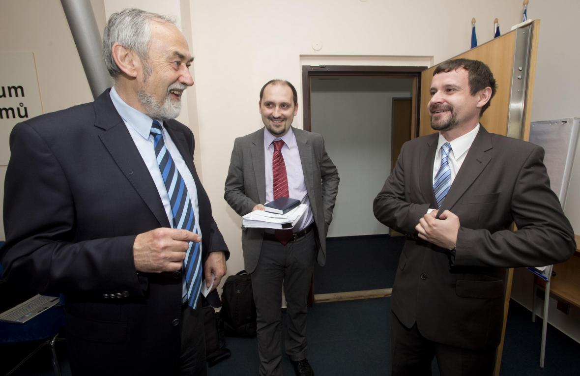Zleva politolog Karel Vodička, historik Zdeněk Hazdra a historik a učitel Vojtěch Vlček