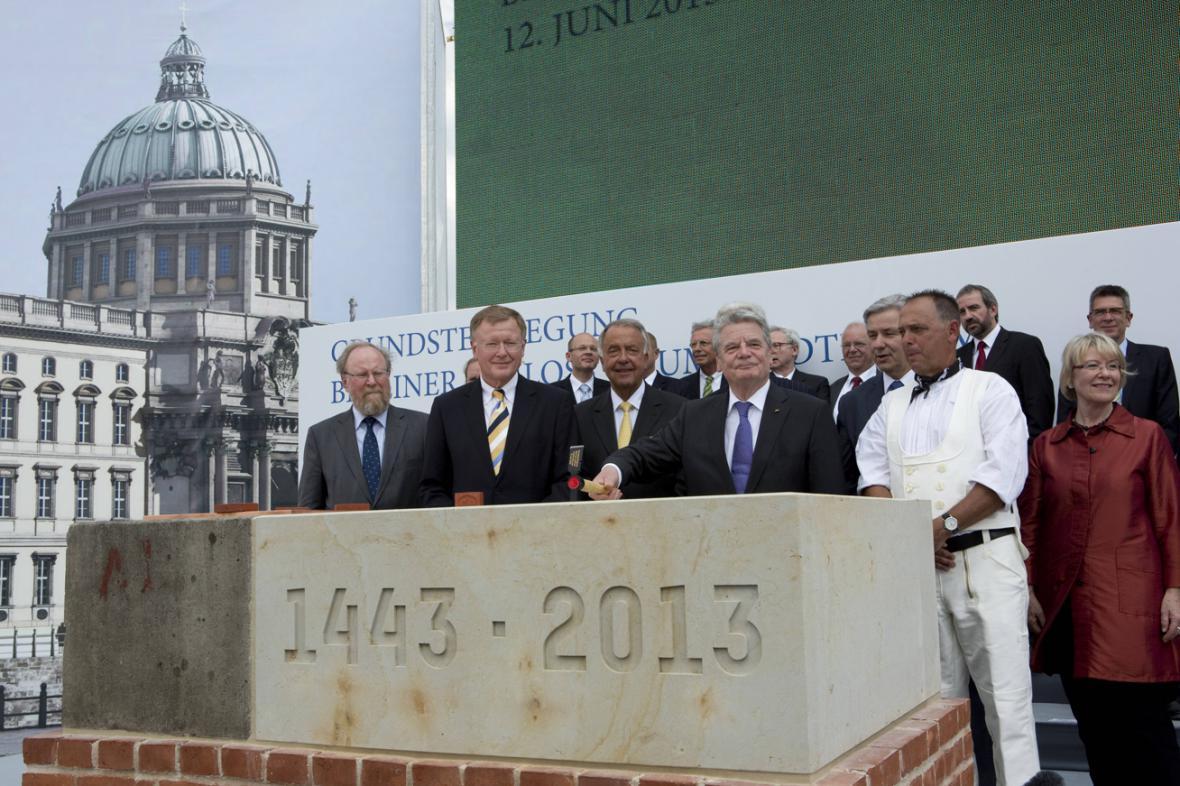 Joachim Gauck u základního kamene Humboldtfora