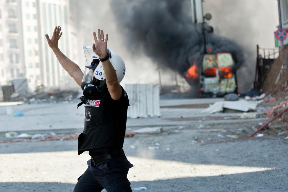 Střety policie a demonstrantů na Taksimském náměstí