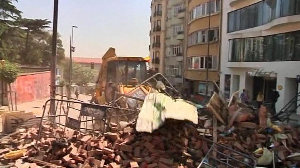 Turecká policie odklízí barikády na Taksimském náměstí