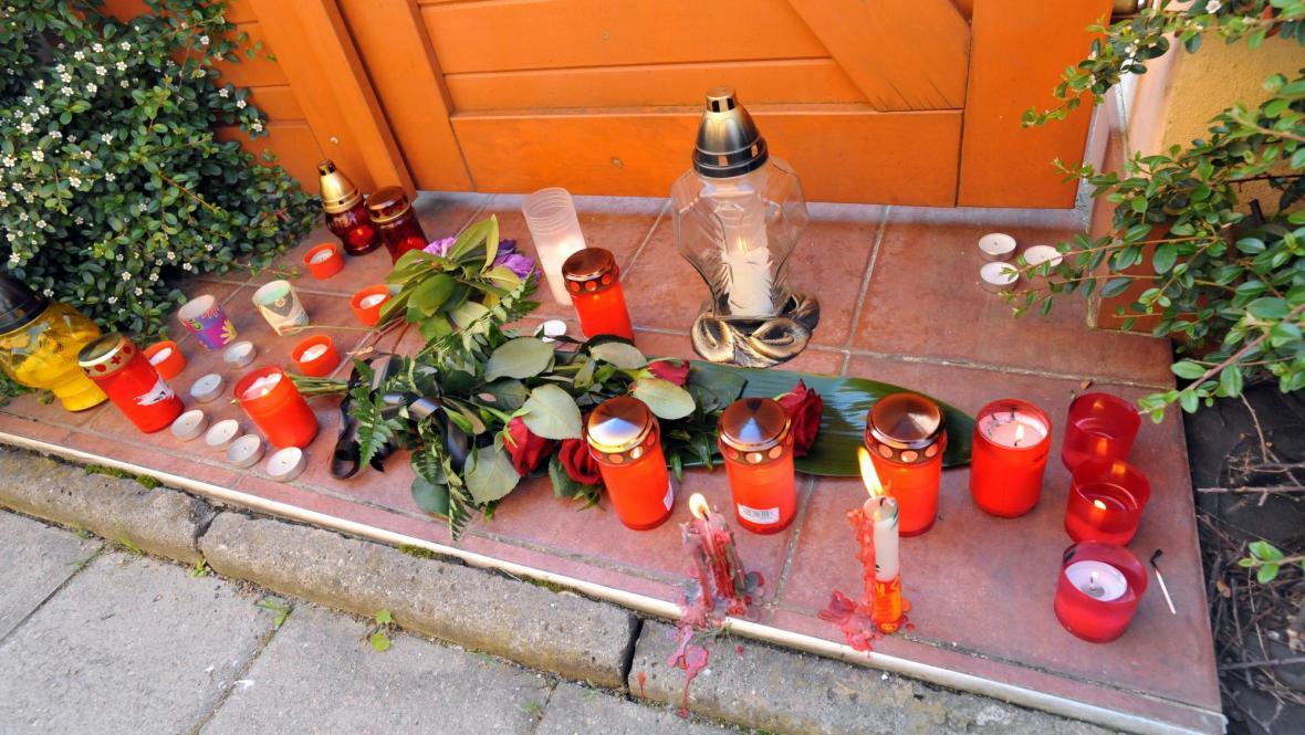 Svíčky před domem, kde byla zavražděna čtyřčlenná rodina