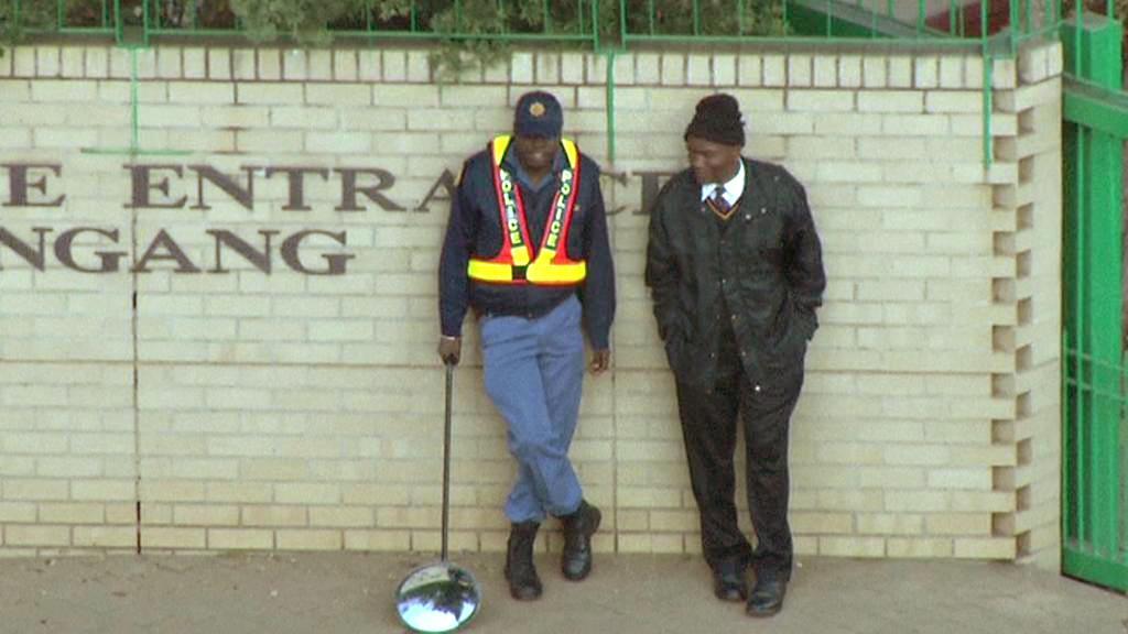 Policie hlídá nemocnici, kde leží Nelson Mandela