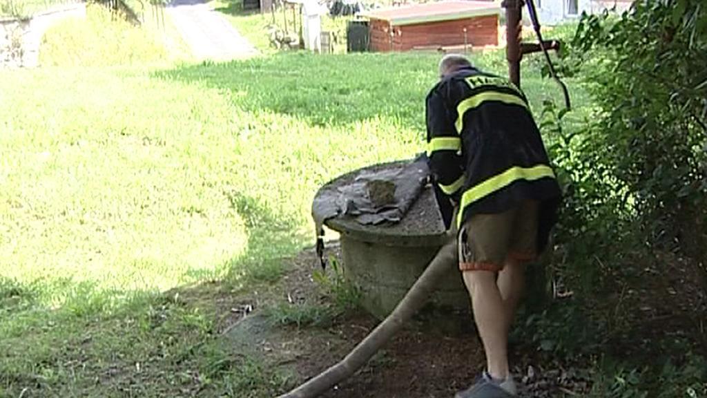 Hasiči čerpají vodu do studně