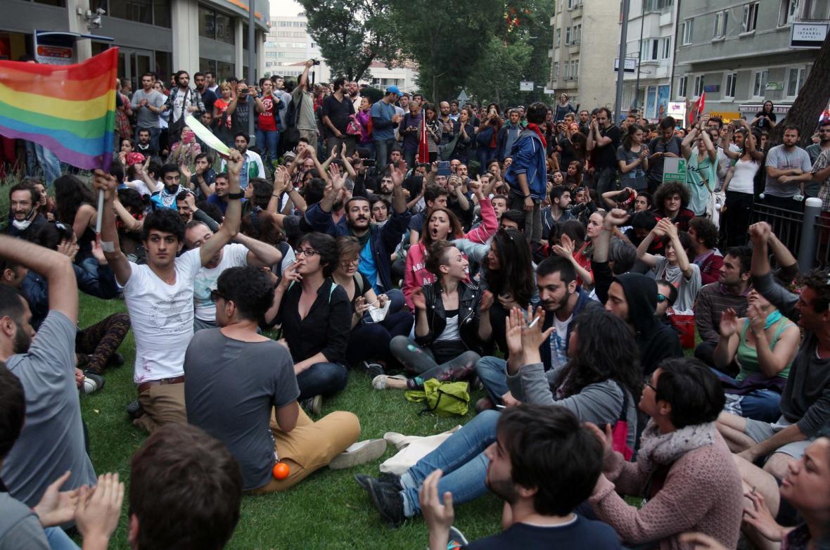 Demonstrace před televizní stanicí HaberTürk
