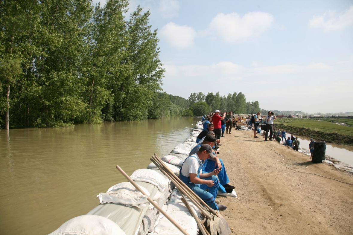 Jih Maďarska se opevňuje před kulminací Dunaje
