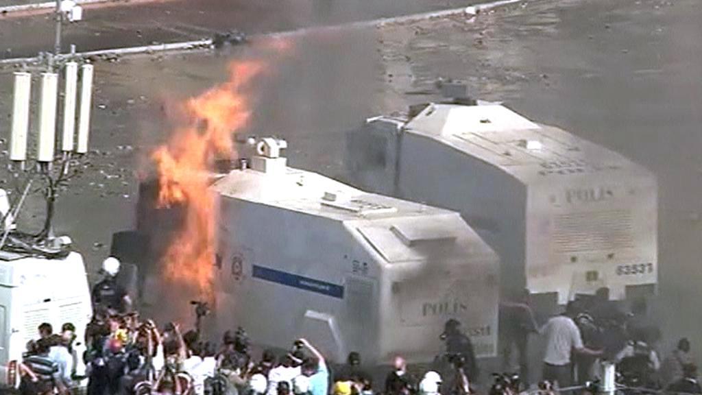 Hořící vůz turecké policie