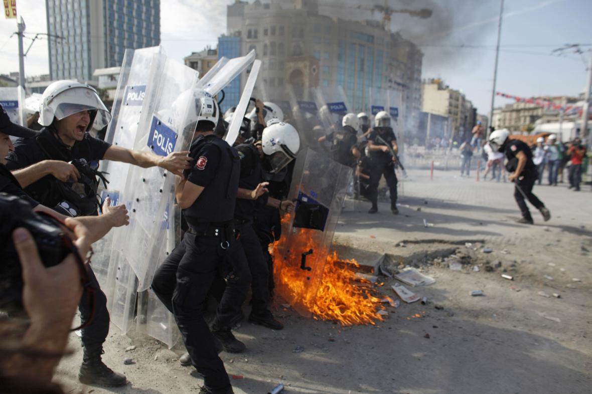Turecká policie vytlačila demonstranty z barikád