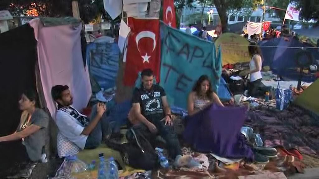 Turečtí demonstranti ve stanovém táboře
