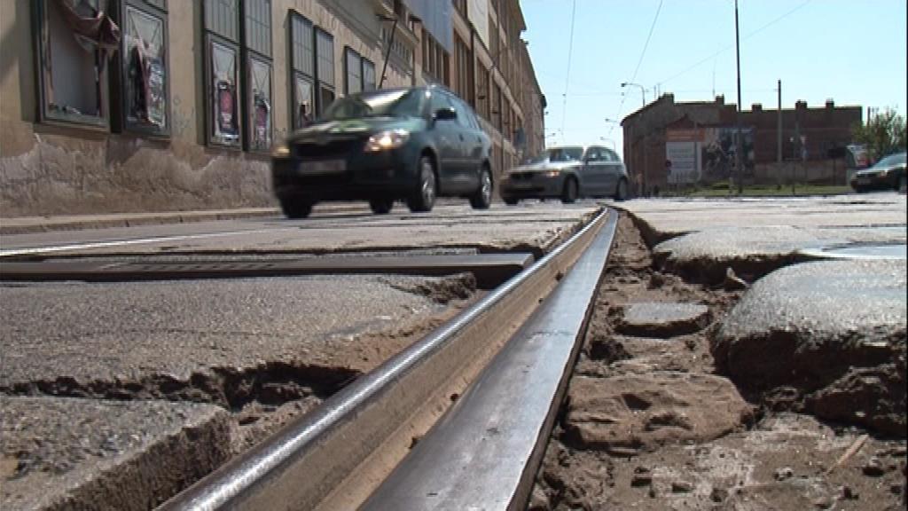 Po poškozených kolejích denně na Dornychu projedou stovky aut