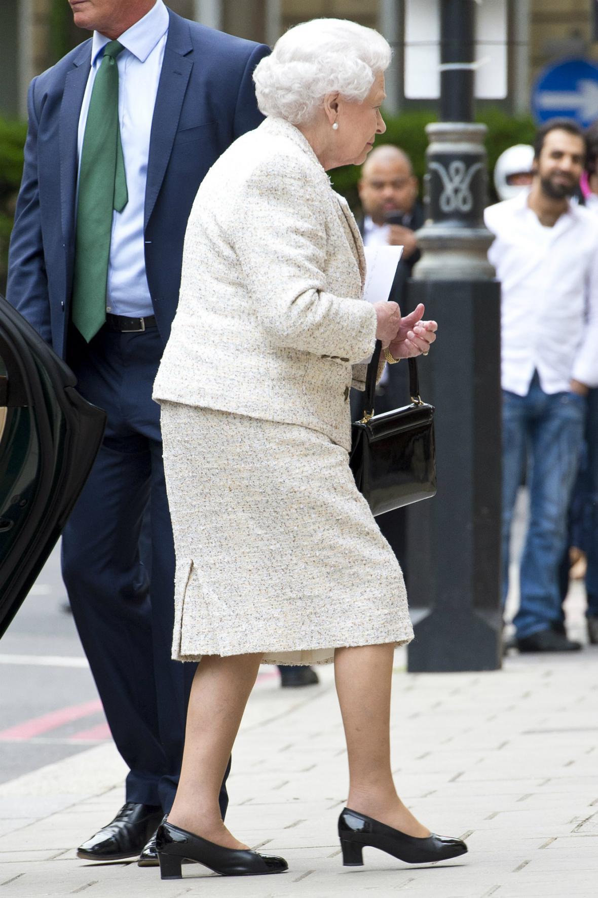 Královna přijela navštívit do nemocnice prince Philipa