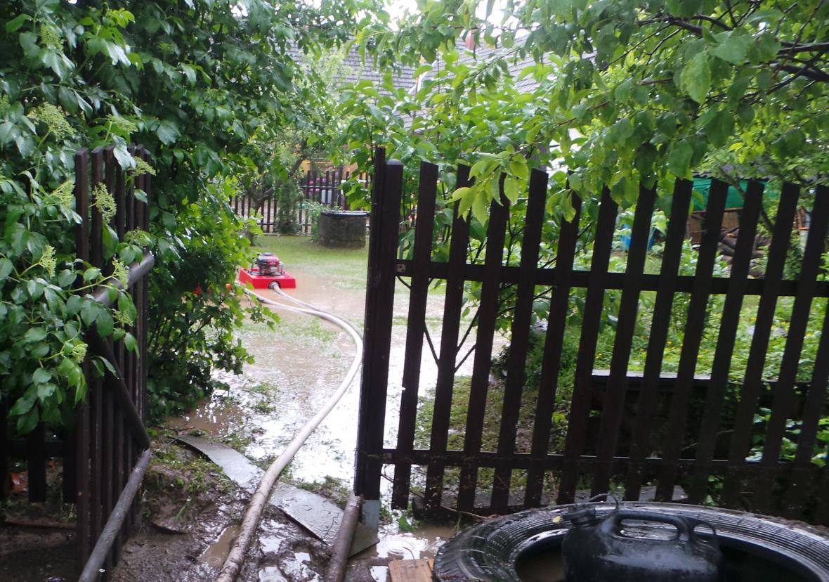 Hasiči odčerpávají vodu ze zahrad