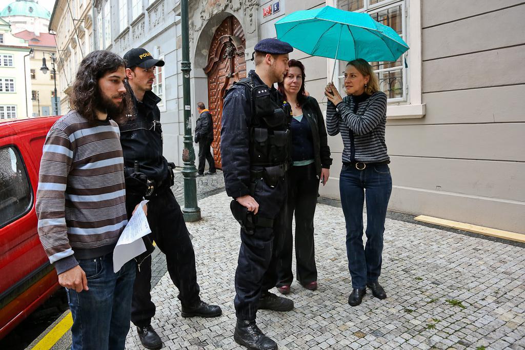 Vyvěšování počítadla přišli zkontrolovat policisté