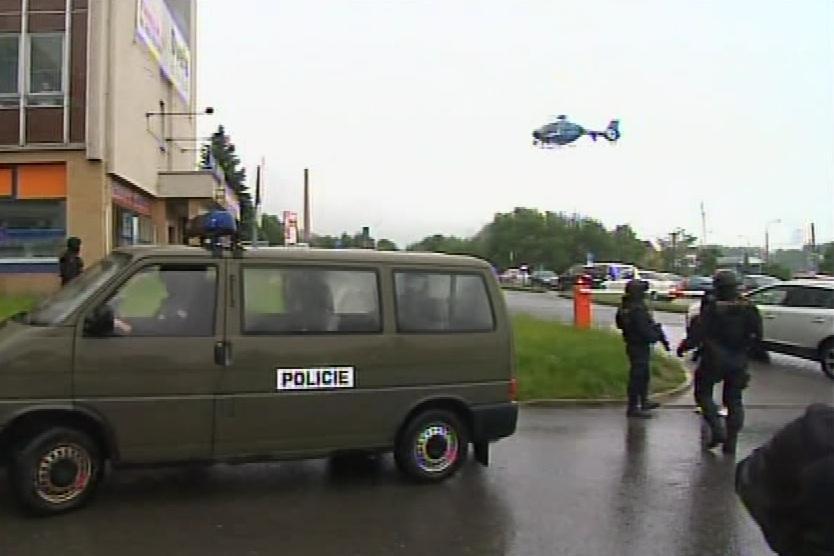 Nad zlínským soudem kroužil i vrtulník