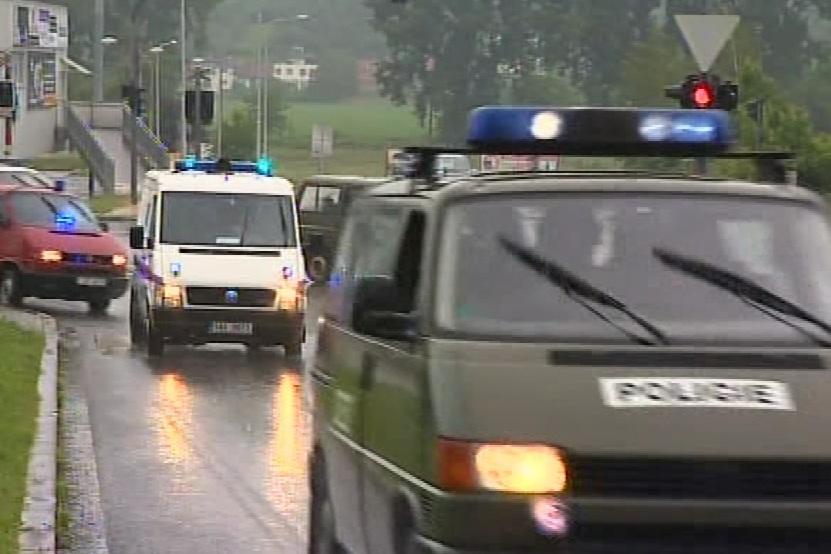 Příjezd eskorty s údajnou hlavou vyděračského gangu Miroslavem Maslákem