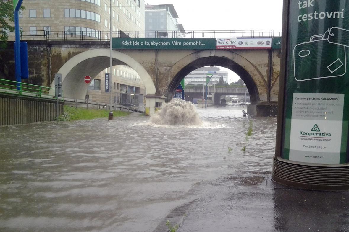 Následky přívalového deště v pražském Karlíně